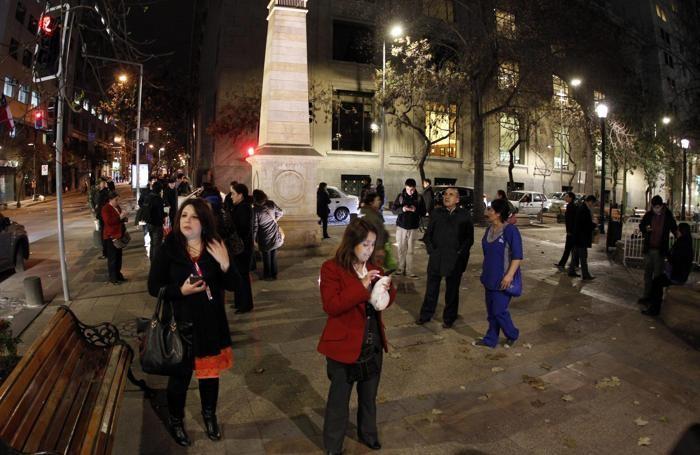 La gente in strada dopo il terremoto