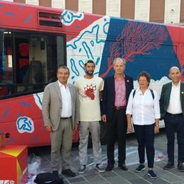 Atb e BergamoScienza, l'arte sale sul bus Ecco il mezzo dipinto da Cripsta  - Foto