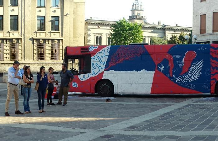 L'autobus dipinto da Cripsta
