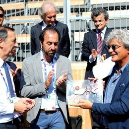 Il regista Mario Martone (d) premiato dal commissario unico di Expo Giuseppe Sala (s) per il valore didattico e divulgativo della sua opera