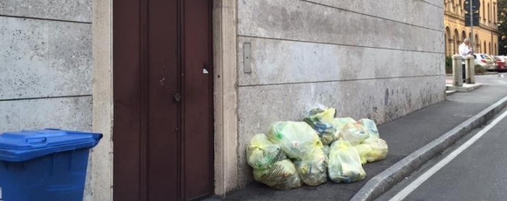 «Quel marciapiede invaso dai sacchi un ostacolo per disabili e carrozzine»