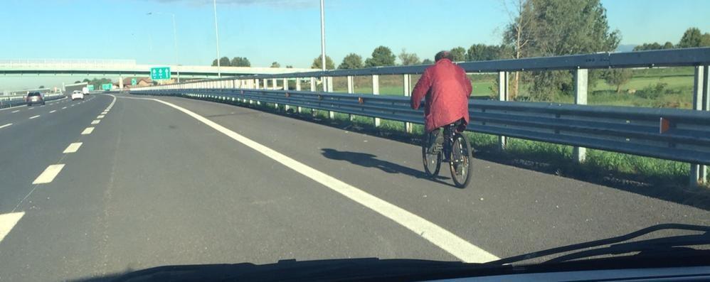 Pensionato «sfreccia» in bici su Brebemi Bloccato: gli arriverà una multa salata