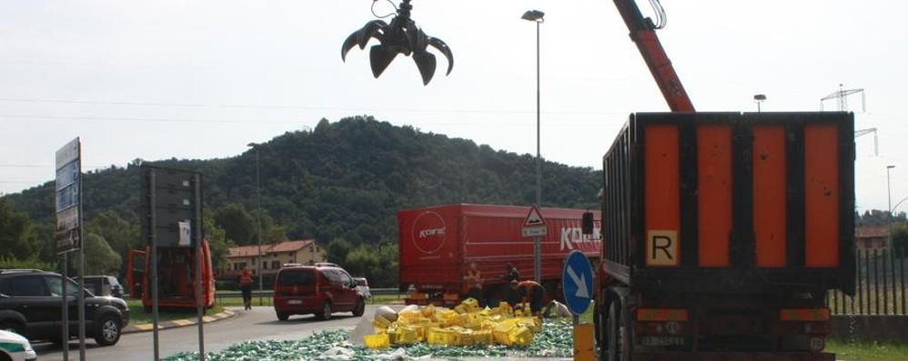 Camion perde il carico di bottiglie - le foto Vetri sulla strada a Mozzo, lunghe code