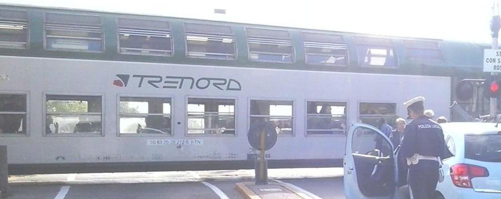 Cerca di forzare passaggio a livello Sbarra divelta, treno fermo mezz'ora