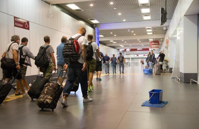 Pioggia all'interno dell'aeroporto a causa di un violento acquazzone