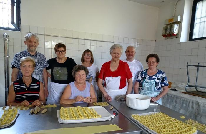 Foto di gruppo dei volontari che preparano i casoncelli