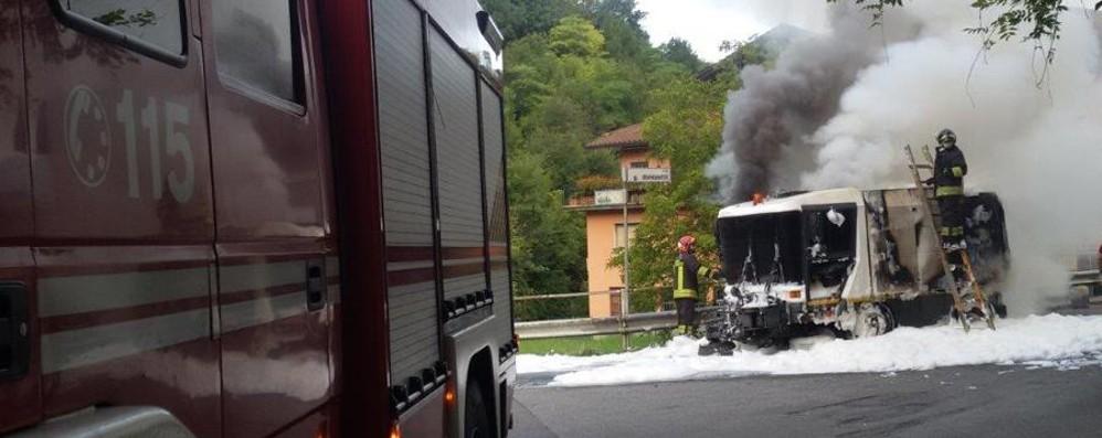 Pulizia strade, a fuoco un furgoncino Fumo e odore acre a Leffe - foto