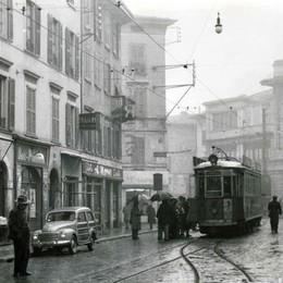 Quel tram in via Quarenghi tra negozi ed eleganti palazzi