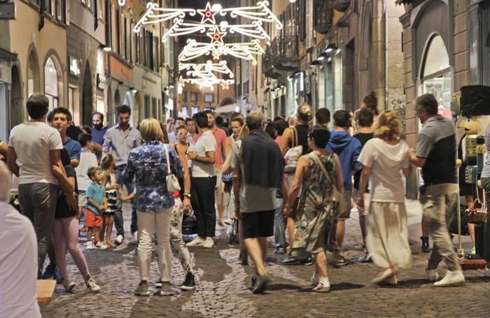 Migliaia di persone in centro per Bergamo Balla di fine agosto