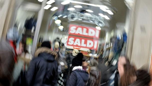Confcommercio: spesa saldi 5,4 miliardi
