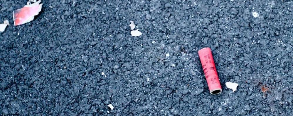 Uomo rischia l'occhio per un petardo Rovetta, ragazzini incendiano cassonetto