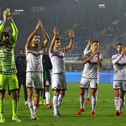 I giocatori del Genoa esultano con i loro tifosi dopo la vittoria di Bergamo