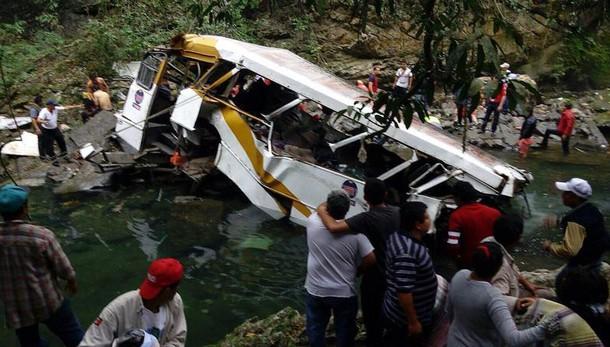 Messico: autobus in un burrone, 20 morti