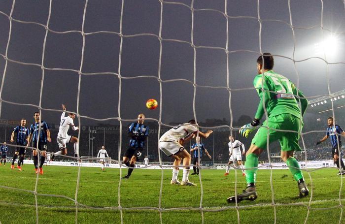 Il primo gol del Genoa segnato da Dzemaili al 34' st