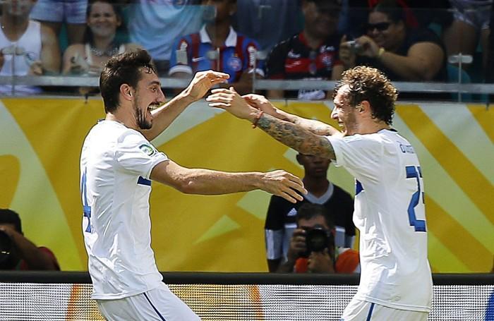 Diamanti (a destra) con Astori nel match contro l'Uruguay  in cui il fantasista ha segnato il suo unico gol con l'Italia nella Confederation Cup 2013