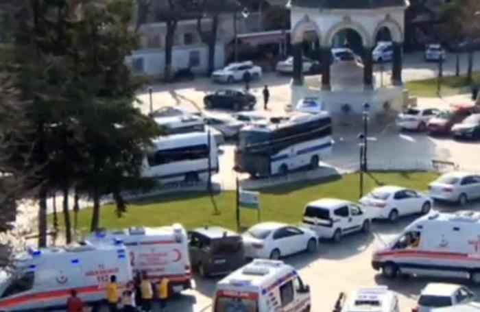 Le prime ambulanze sul luogo dell'attentato avvenuto questa mattina nel centro di Istanbul