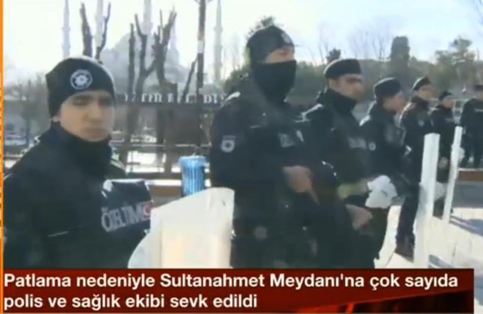 Agenti schierati sul luogo dell'attentato avvenuto questa mattina nel centro di Istanbul