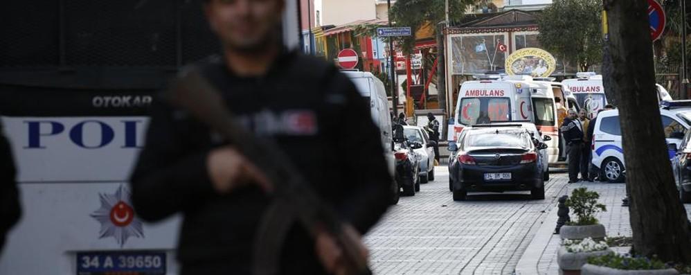 Kamikaze: esplosione scuote Istanbul Primo bilancio: 10 morti. Turisti coinvolti