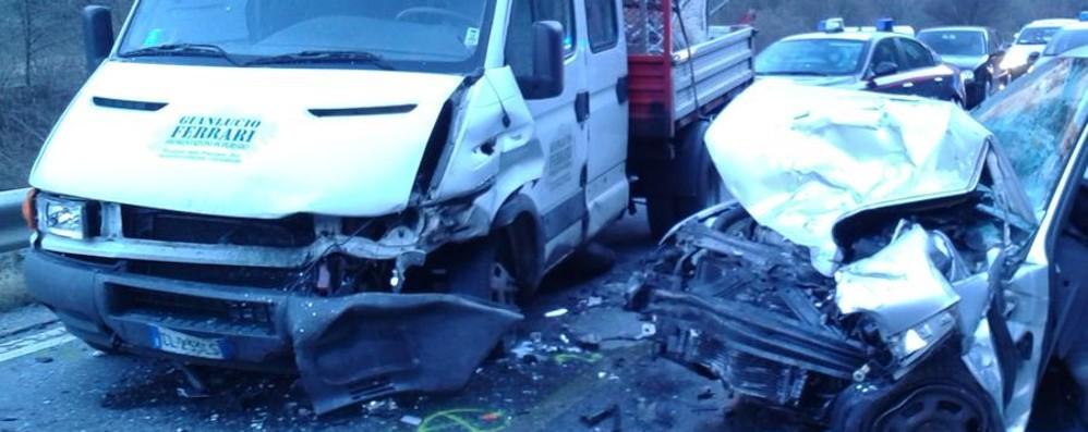 Schianto fra auto e furgone Ponte Nossa, feriti e traffico in tilt