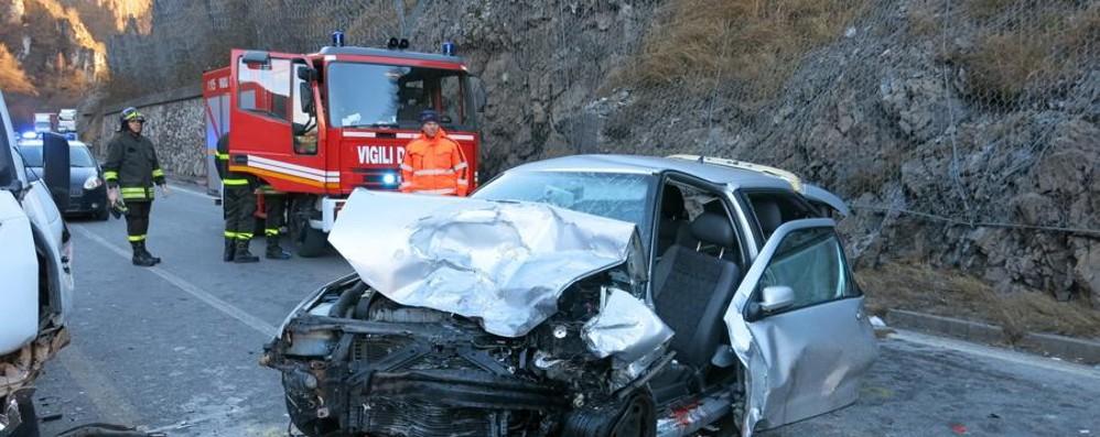 Scontro auto-furgone a Ponte Nossa Una 52enne  ferita e il traffico in tilt