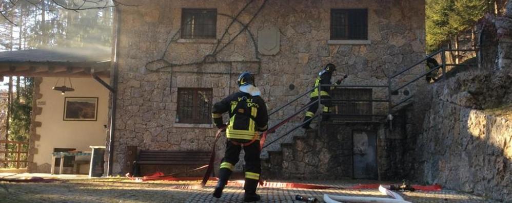 Incendio alla sede degli Alpini Pompieri in azione a Onore