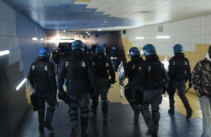 Le forze dell'ordine in stazione per l'arrivo del treno con i tifosi dell'Inter