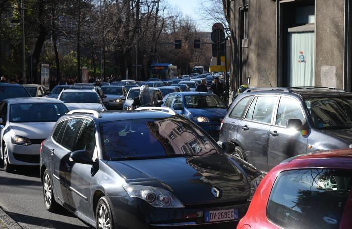 Traffico in tilt in via Bonomelli