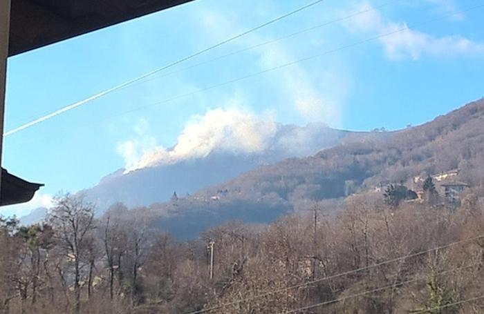 Brucia la montagna nei pressi di Palazzago