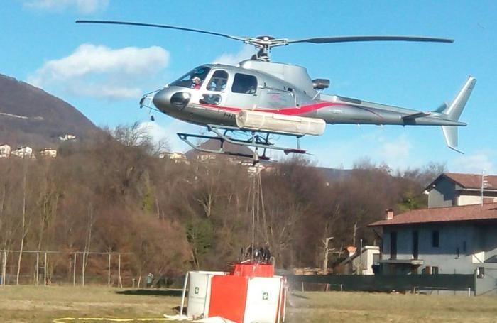 L'elicottero preleva l'acqua