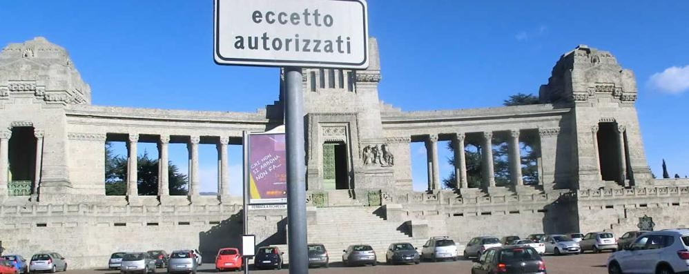 Cimitero, basta sosta selvaggia «In via Serassi c'è un parcheggio»