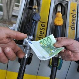 Crollo sul mercato, ma non alla pompa «Petrolio, l'altro bancomat dello Stato»