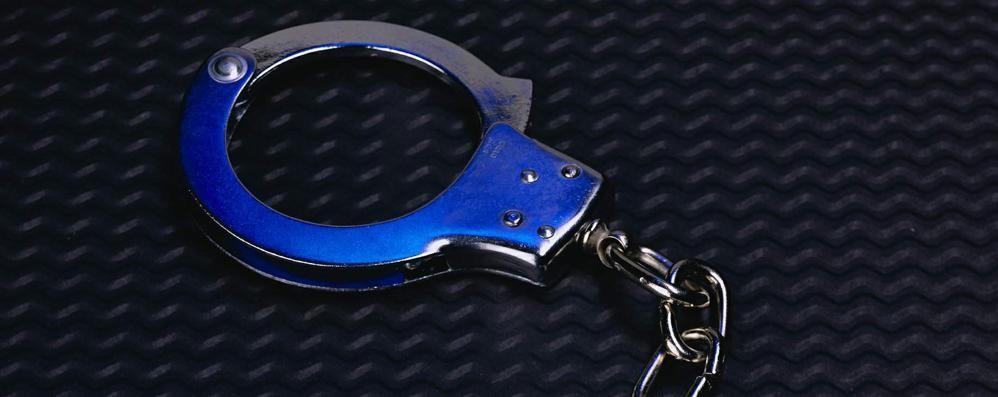 Guida in stato d'ebbrezza: preso  Sequestrate manette da poliziotto