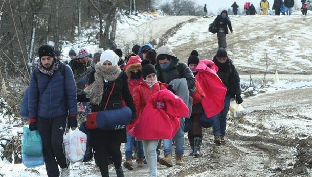 Juncker chiede vertice Ue su migranti