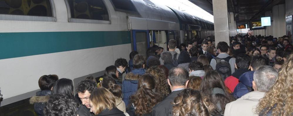 Treni, serie di guasti e cancellazioni Pendolari inviperiti: «Vergogna»