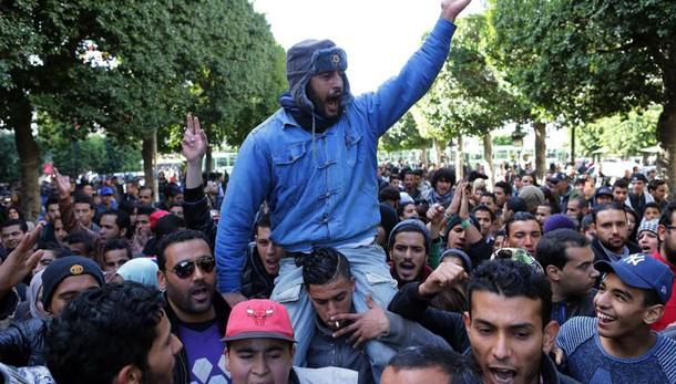 Tunisia: coprifuoco in tutto il Paese