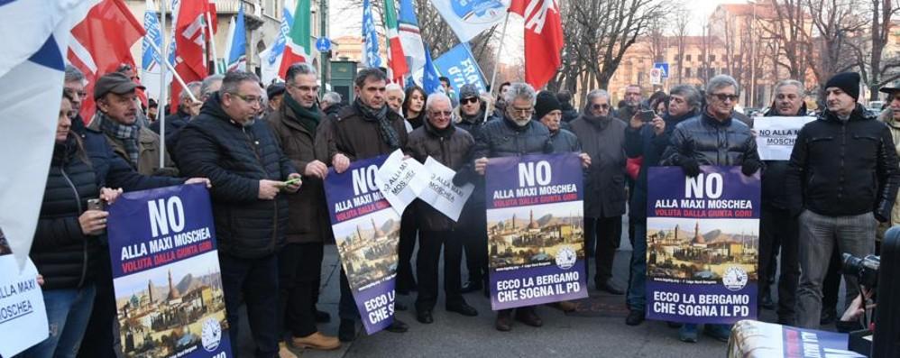 Centrodestra in piazza, unito - Video «Trasparenza: no alla maxi moschea»