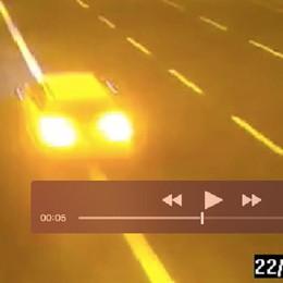 Audi gialla in fuga, caccia ai banditi - Foto La polizia sul web: segnalate avvistamenti