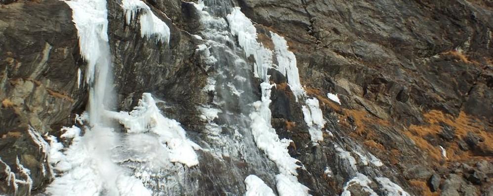 Boati udibili a  km di distanza Disgelo alle cascate del Serio