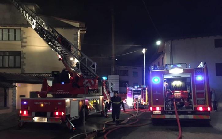 Incendio nella notte a Peia - foto Tetto distrutto, appartamento inagibile