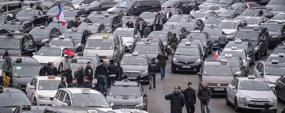 La rabbia dei tassisti contro Uber In Italia sono pronti allo sciopero