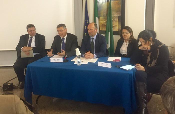 Il vertice sulla sanità, lunedì sera a Piazza Brembana. Da sinistra, Barboni, Nicora, Musitelli, Azzi e Magoni