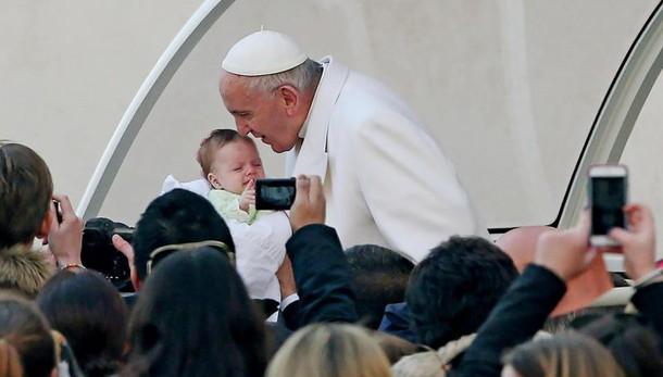 Eurispes: Papa amato, ma un po' in calo
