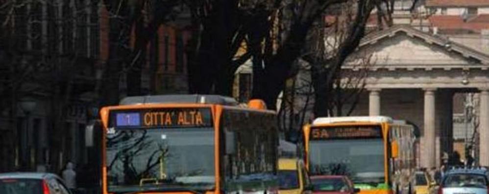 Revocate le targhe alterne il 4 e 5 Resta attivo il biglietto unico per bus e tram