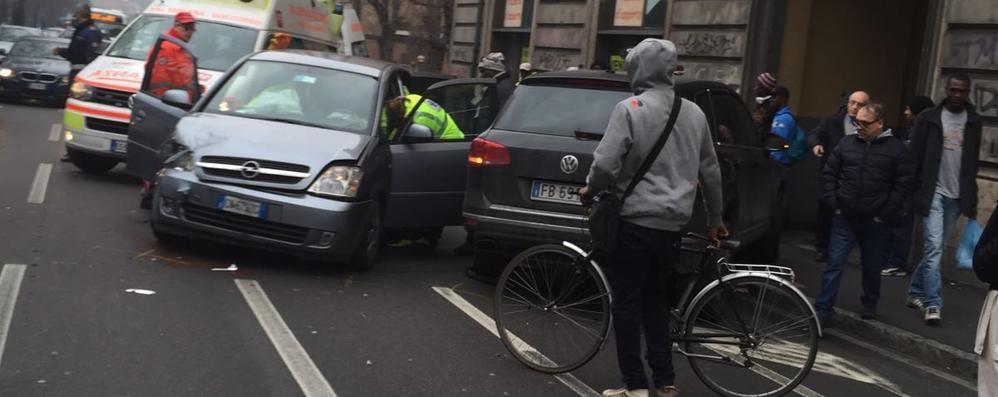 Bergamo, scontro in via Bonomelli Ferita una donna. E il traffico va in tilt