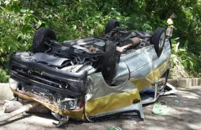 Il pulmino distrutto nell'incidente: sette i feriti, morto un bimbo di 16 mesi