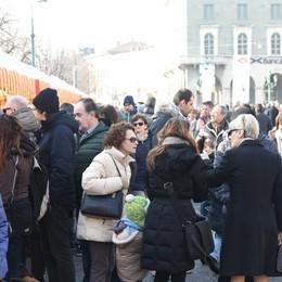 Via Roma chiusa alle auto - foto e video Pienone in centro tra dolci e maschere