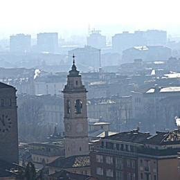 La neve non pulisce l'aria dallo smog Ma le targhe alterne restano sospese