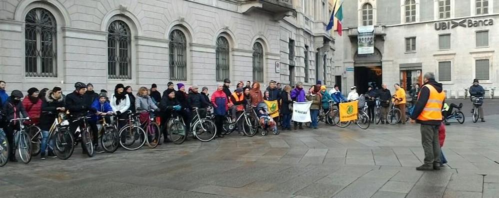 «Ne abbiamo pieni i polmoni» Biciclettata contro lo smog in città