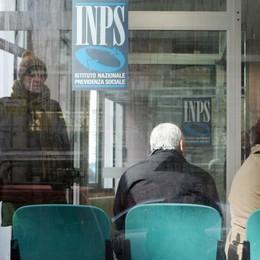 Pensioni, protesta per i pagamenti «Slittati senza preavviso: una beffa»