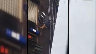 Parigi, attentatore ucciso in strada